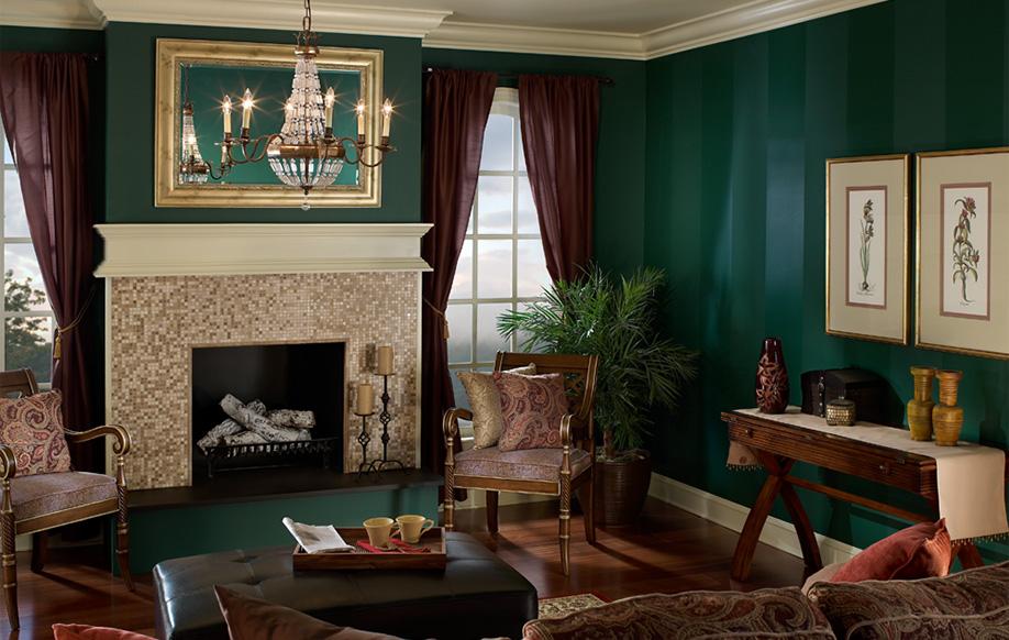 Las rayas, dependiendo del diseño que elija, pueden convertir los ambientes en espacios alegres, darles un toque moderno o, como en este caso, darles un estilo tradicional y formal.