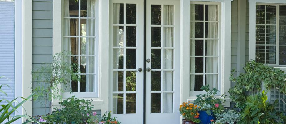 ANTES: el uso del blanco en las molduras confiere a la entrada una apariencia de impecabilidad y elegancia.