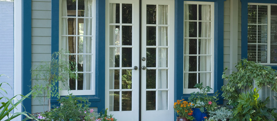 DESPUÉS: Pintar las molduras de color azul mar le añade encanto a la casa.
