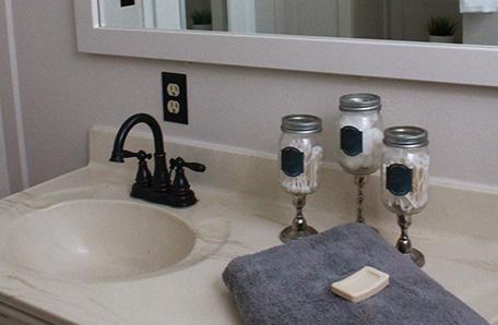 El lavabo del baño y el espejo exhiben los nuevos colores