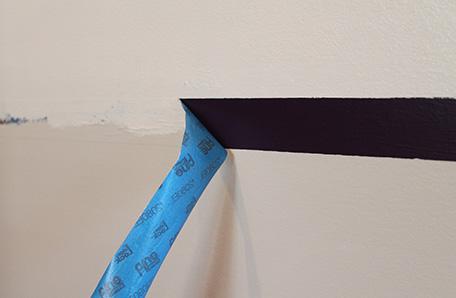Quitar la cinta para pintores para poner de manifiesto una franja morada