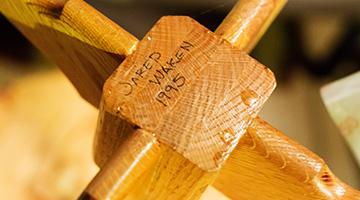 Jared Waken 1995 escrito con lapicera en la parte de abajo de la mesa