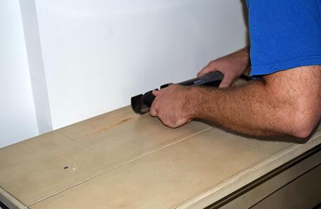 Hacer una ranura en la parte superior de la nueva repisa de madera