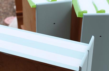 Cajones azules con cinta para pintores usada para lograr franjas laterales