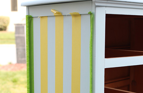 Lateral de la cómoda con cinta para pintor usada para lograr franjas