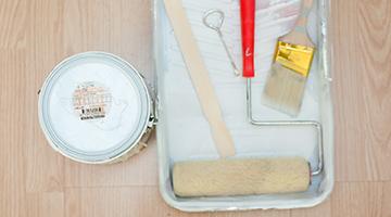 Latas de galones de pintura BEHR PREMIUM PLUS e imprimador KILZ ORIGINAL