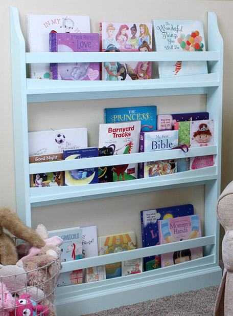 Biblioteca terminada con libros infantiles