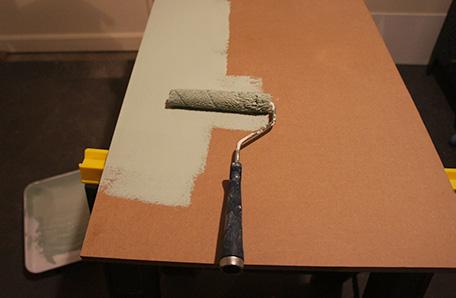 Pinte los estantes de MDF luego de haberlos cortado a la medida