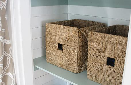 Coloque cestas de mimbre sobre los estantes terminados para usar como almacenamiento
