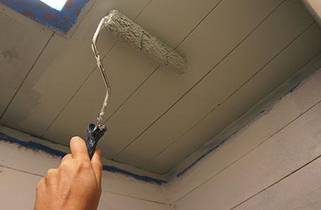 Pintando el techo del clóset con un mini rodillo