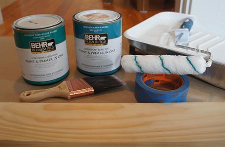 Rodillo y charola para pintura, brocha, cinta, madera y dos cuartos de pintura Behr