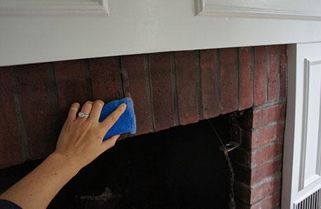 Limpieza de los ladrillos de la chimenea antes de pintarla