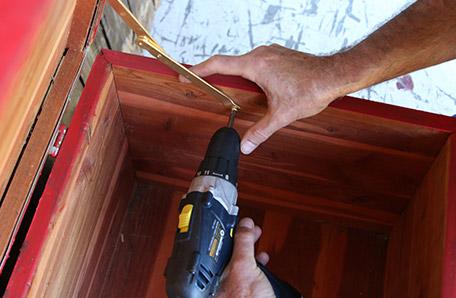 Instalar nuevas bisagras aprovechando los orificios de los viejos tornillos