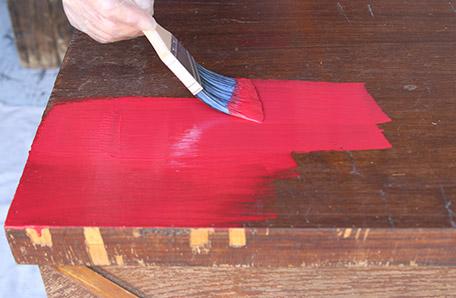 Aplicar la primera capa de pintura sobre la superficie superior de la cómoda