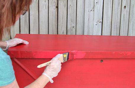 Aplicar una segunda capa de pintura a la cómoda