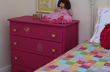 Una muñeca con un vestido vaporoso recibe a las invitadas desde su lugar en la cómoda recién pintada