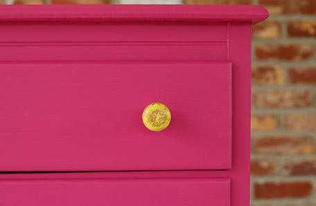 Los herrajes amarillos nuevos se ven fabulosos sobre la cómoda pintada de un rosado intenso