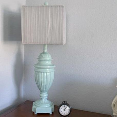 Lámpara terminada sobre una mesita de luz