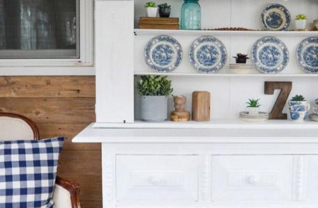 Vista frontal de la cómoda con los estantes decorados