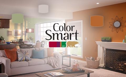 Logo de ColorSmart sobre la imagen de una sala de estar con paredes anaranjadas y verdes y coloridos accesorios con muestras en colores que combinan