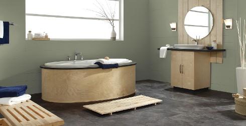 Cuarto de baño de estilo en madera y paredes y molduras en verde pálido para lograr un estilo de relajación y calma.