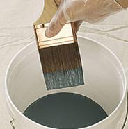 Sumergir la brocha en pintura.