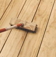 Persona frotando una terraza limpia con una brocha de cerdas duras