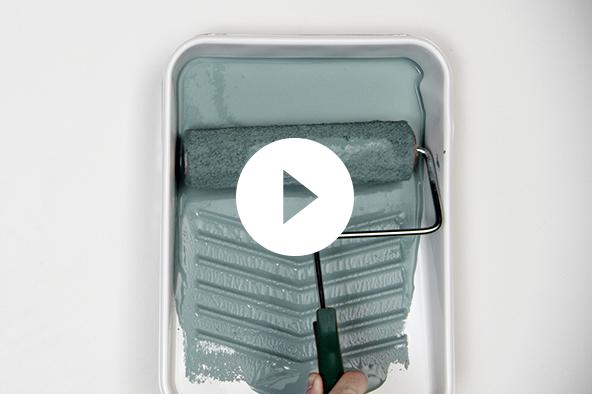 Aplicación de pintura con rodillo en charola