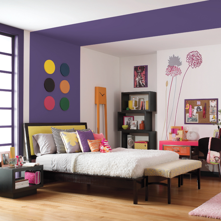 A kids bedroom with the wall painted in King's Court.