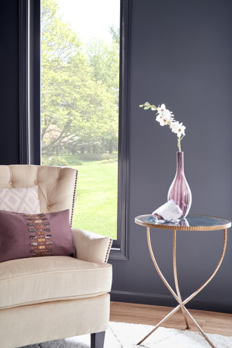 A sitting area with wall and trim painted in a dark gray color. The wall is a flat sheen, the trim is a high-gloss sheen.